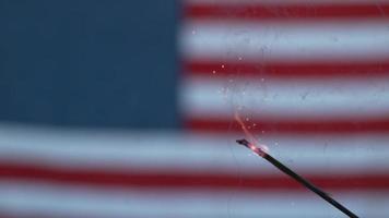 Nahaufnahme von Feuerwerk und Flagge am vierten Juli video
