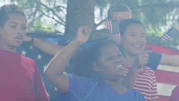 Kinder sehen Feuerwerk und wehende Fahnen am 4. Juli video