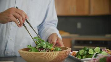 jogando uma salada fresca em uma tigela video