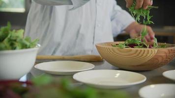 preparando uma salada com vegetais frescos video