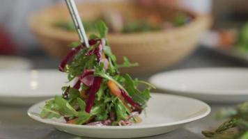 salada é colocada no prato video