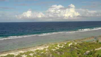 vista aérea da praia de bora bora, polinésia francesa. video