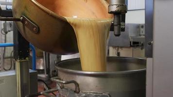 Mezclar ingredientes para fudge de chocolate en la fábrica de caramelos video