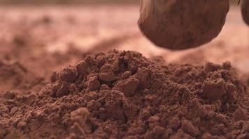 trufas de chocolate cayendo en polvo de chocolate en cámara super lenta. filmado en cámara fantasma flex 4k de alta velocidad. video