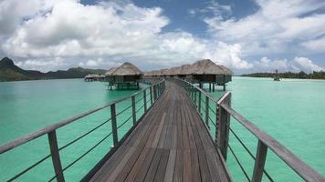caminhando por bungalows sobre a água em bora bora, polinésia francesa. video