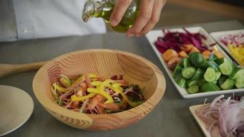 preparando uma salada com vegetais frescos e azeite video