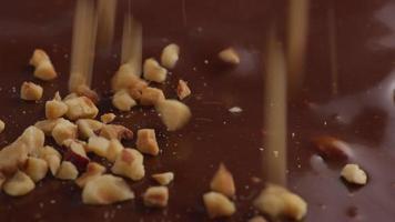 nozes caindo no chocolate derretido video