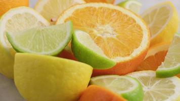 variété d'agrumes frais tranchés. orange, citron, citron vert. video