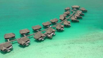 vista aérea de cabanas sobre a água em bora bora, polinésia francesa. video