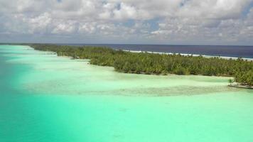 vista aerea della laguna e della spiaggia di bora bora, Polinesia francese. video