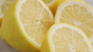 gros plan de citrons tranchés frais video