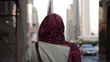 una mujer del medio oriente caminando en dubai video
