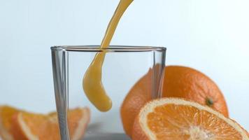 verser du jus d'orange au super ralenti. tourné sur une caméra haute vitesse phantom flex 4k. video