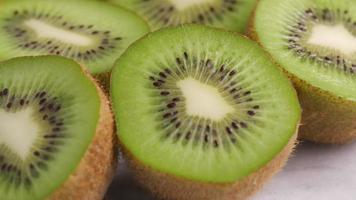 Primer plano de kiwi fresco video