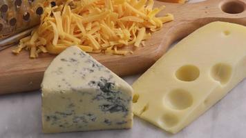 variedad de quesos queso cheddar azul pimienta suiza jack video