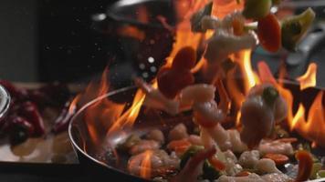 saltare in padella in una padella fiammeggiante in super slow motion girato su phantom flex 4k video