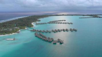 vista aerea del resort a bora bora, polinesia francese. video