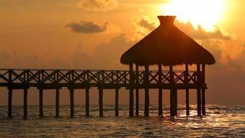 coucher de soleil au complexe tropical video