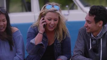 gruppo di amici in spiaggia che parlano al cellulare video