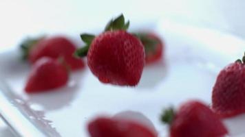 fresas salpicando en cámara lenta filmada en phantom flex 4k a 1000 fps video