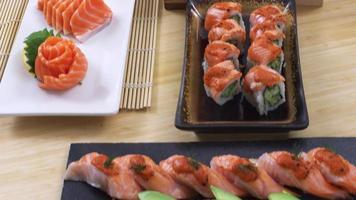 survolez une variété de plateaux et de plateaux de sushis frais. video