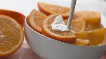 crème coulant sur des oranges en super slow motion, tourné sur un flex fantôme 4k video