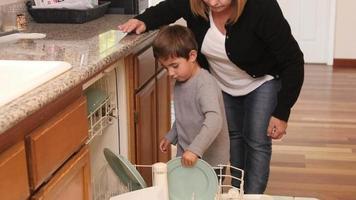 mor och son laddar tillsammans diskmaskin video