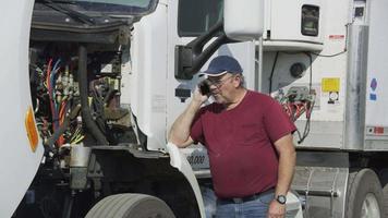 caminhoneiro com capô aberto no telefone. totalmente liberado para uso comercial. video