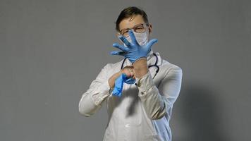 un doctor poniéndose guantes médicos video