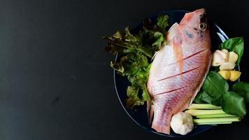 vista superior de peixe e vegetais frescos video