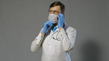 doctor en bata blanca en el teléfono video