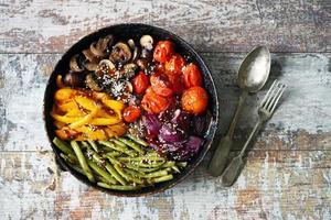 verduras al horno en una sartén foto