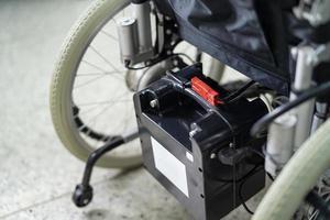 Silla de ruedas eléctrica con batería para pacientes mayores que no pueden caminar o inhabilitar el uso de personas en el hogar u hospital foto