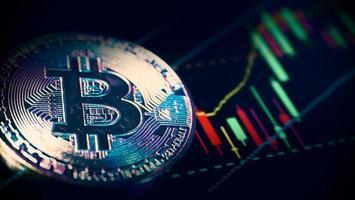 Bitcoin criptomoneda y barra gráfica del mercado de valores. foto