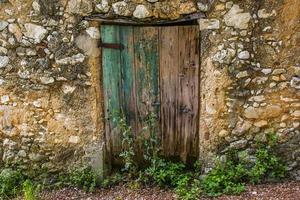 pequeña puerta de madera foto