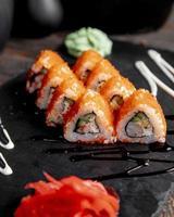sushi y rollos con salsa en la mesa. foto
