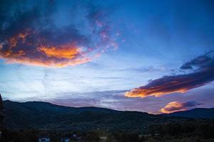 nubes anaranjadas al atardecer foto