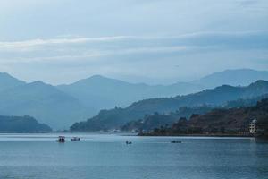 paisaje del lago fewa en pokhara nepal al atardecer foto