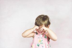 triste niña rubia foto