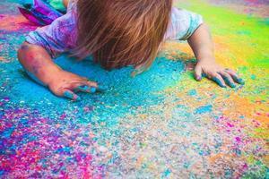 niña sucia de pintura foto