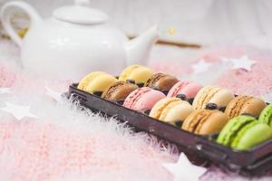 deliciosos macarons con un té en una tetera foto