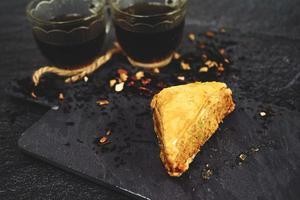 baklava turco con té negro orgánico foto