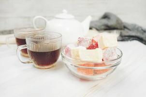 deliciosas delicias turcas con té rojo foto