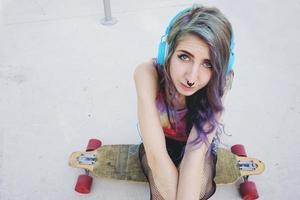 adolescente, patinador, mujer, en, un, parque de patinaje foto