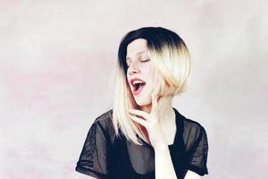 mujer hermosa y fresca con peinado ombre foto