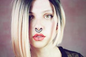 Atractiva mujer joven y punk con peinado ombre. foto