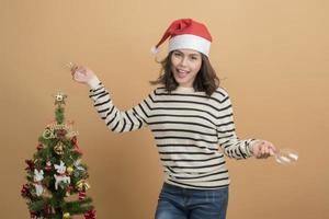 Hermosa niña de Navidad con gorro de Papá Noel con cajas sobre fondo de otoño foto