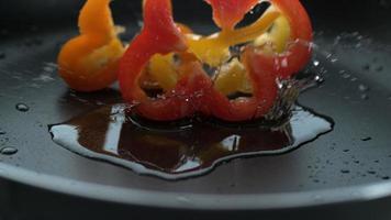 plakjes paprika spatten in hete olie geschoten op phantom flex 4k met 1000 fps video