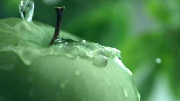 água espirrando na maçã em câmera lenta filmada em phantom flex 4k a 1000 fps video