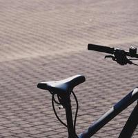 asiento de bicicleta negro en la calle foto